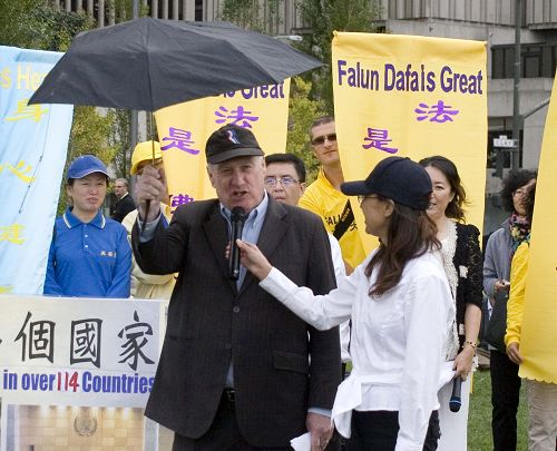 圖:中國問題專家羅傑斯舉著雨傘支持香港抗暴的佔中活動