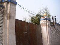 沒名沒牌的邢台洗腦班常年緊閉的大鐵門