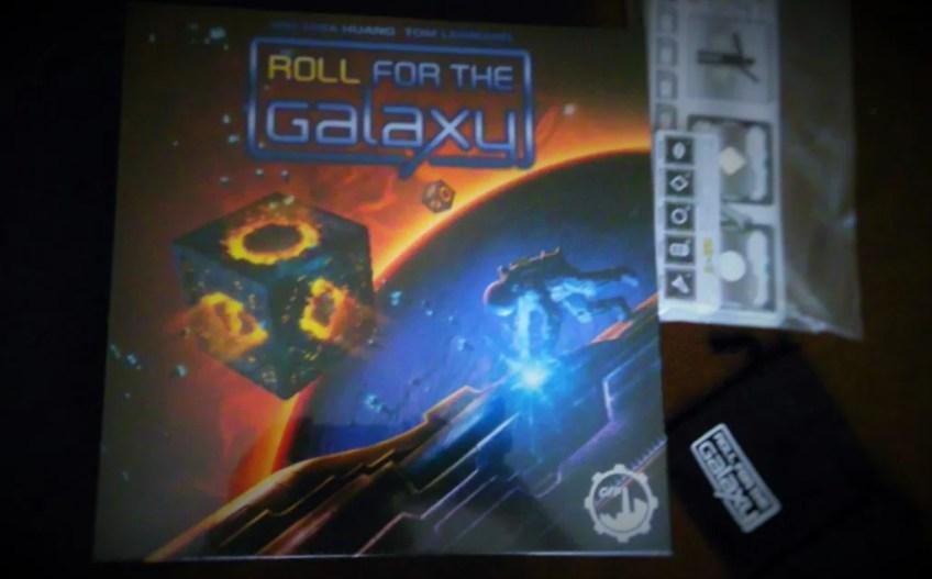 Pudełko gry Roll for the Galaxy, wraz z dostarczonymi gratisami. Po prostu kosmos :)