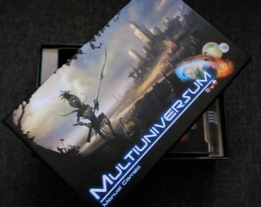 Pod uchylonym wieczkiem pudełka, widać instrukcję do gry, również malutką i napisaną w trzech językach (polski na końcu).