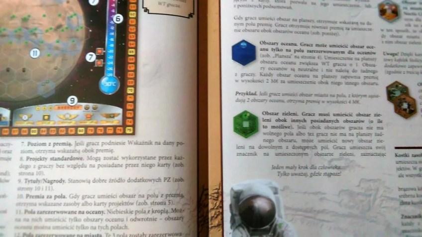 Tutaj mamy zbliżenie na instrukcję. Akurat otworzyła się na stronie z zarysem planszy. Reguły gry są w niej prosto wyjaśnione i zrozumiałe.