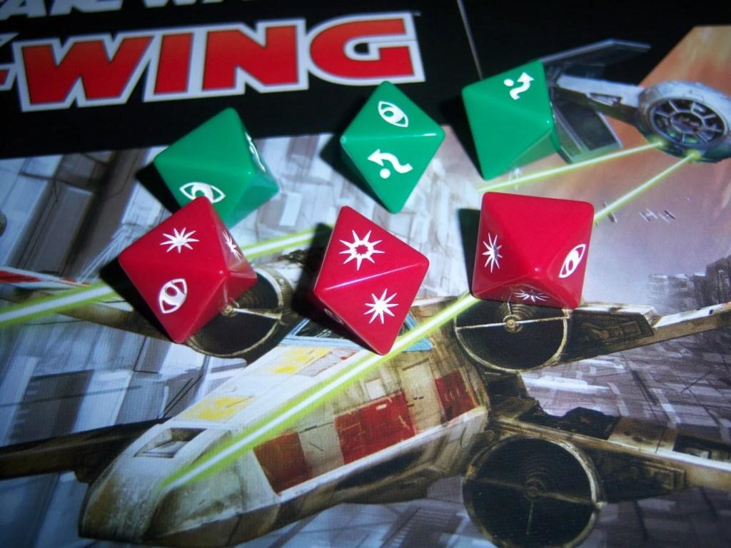 Kości do gry, trzy zielone , trzy czerwone.