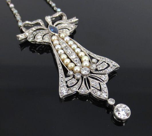 Collar Art Decó realizado en platino con diamantes incrustados, un zafiro y perlas.