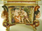 capodimonte cofre siglo XIX decorado con querubines y escenas mitológicas 3