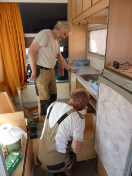 Michael und Markus machen sich an die Arbeit