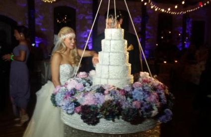 Aaryn cutting cake - Source: @GinaMarieZ