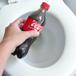 Очистка унитаза кока-колой