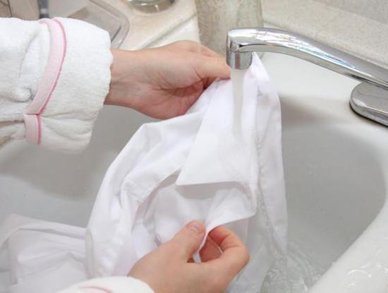 Как очистить пятна с белой рубашки без отбеливателя
