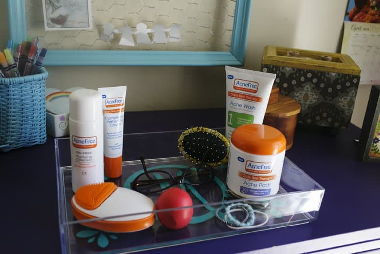 Decorate an acrylic tray to organize toiletries