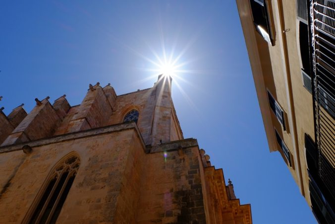 Starburst over the corner of the Catedral de Santa-Maria de Ciutadella