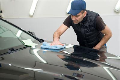 Odpowiednie zabezpieczenie lakieru na samochodzie