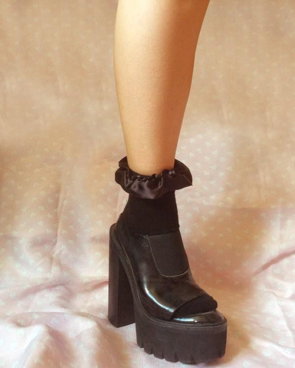 black-frilly-ribbon-ankle-socks