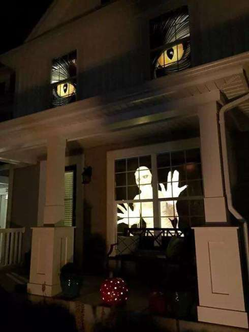 Halloween_cat_eyes_in_the_window_big_seance