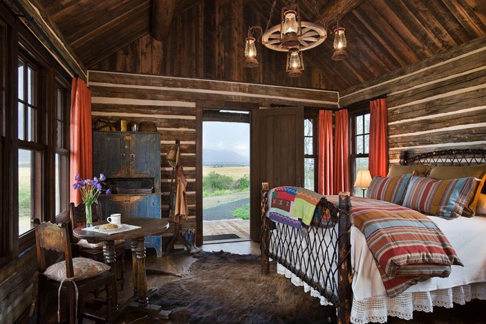 A restacked homestead cabin pays homage to the property's pioneer roots.