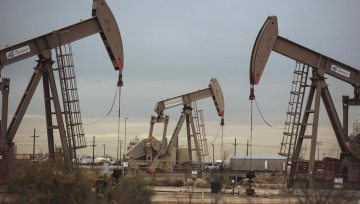 Oil Gains as US Stockpiles Seen Falling, China Plans Tax Cuts