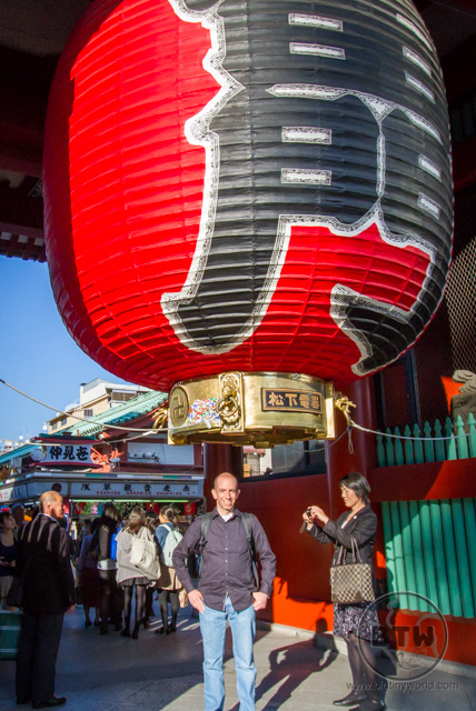 Aaron posing underneath the giant red lantern at the Sensou-ji Temple in Asakusa, Tokyo, Japan | BIG tiny World Travel