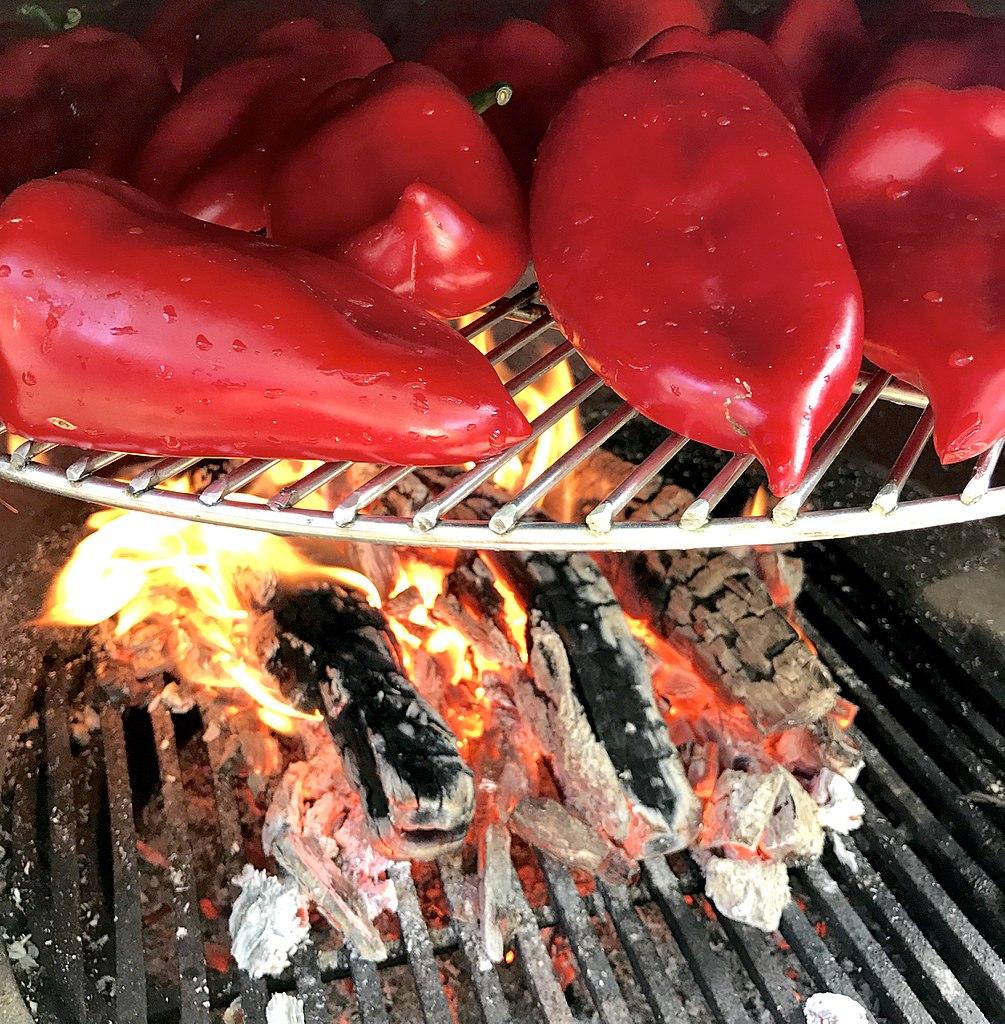 Лучше всего испечь перец на открытом огне. Фото: Franciop, CC-BY-SA-3.0