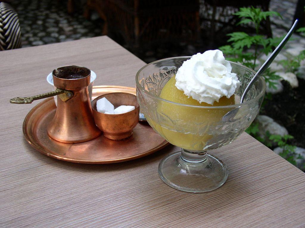 Туфахия и кофе по-боснийски. Фото: Antidiskriminator, CC-Zero