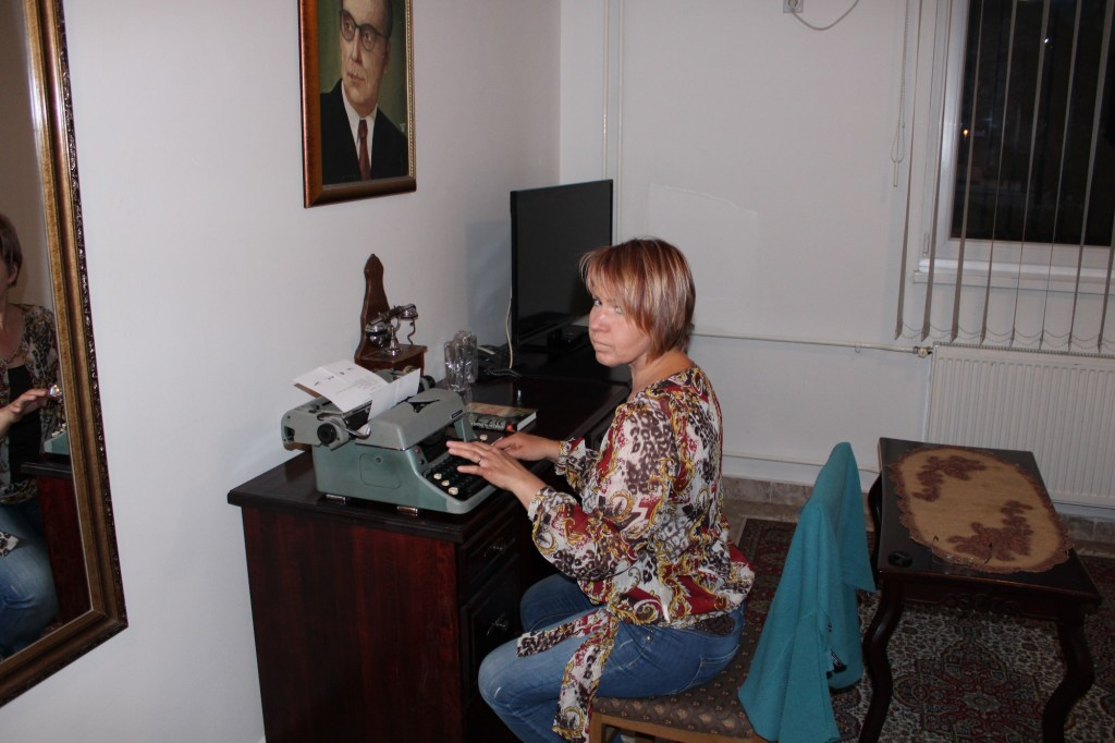 Ваш автор в ожидании вдохновения за столом Иво Андрича. Фото: Елена Арсениевич, CC-BY-SA-3.0