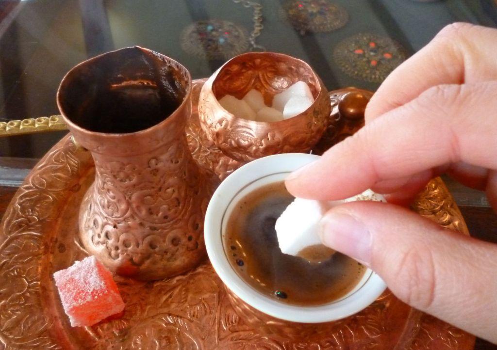 Обмакнуть кусочек сахара в кофе, загрызть, запить. Фото: Елена Арсениевич, CC BY-SA 3.0