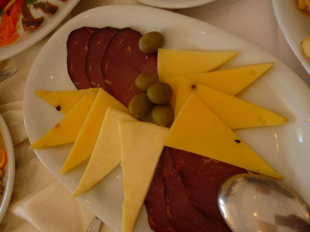 Вяленая говядина и сыр. Фото: Елена Арсениевич, CC BY-SA 3.0