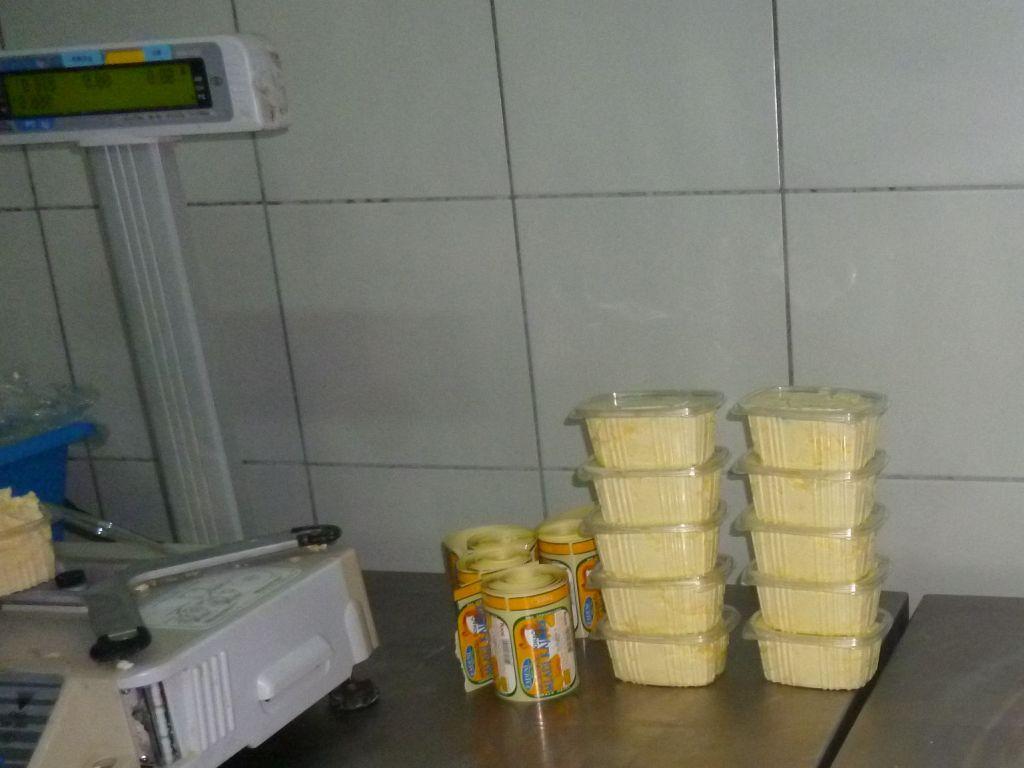 Упаковка каймака при промышленном производстве. Фото: Елена Арсениевич, CC BY-SA 3.0