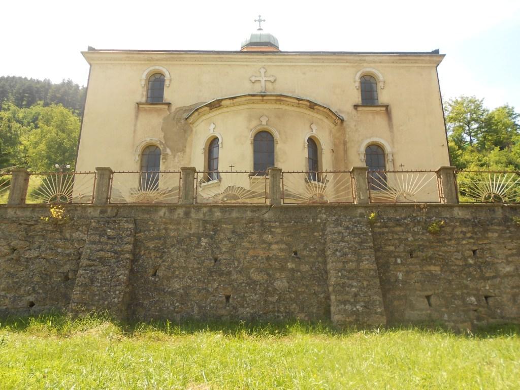 Неожиданно: церковь смотрит на улицу апсидой. Фото: Елена Арсениевич, CC BY-SA 3.0