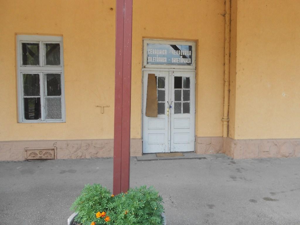 Кассы и зал ожидания - за этой дверью. Фото: Елена Арсениевич, CC BY-SA 3.0