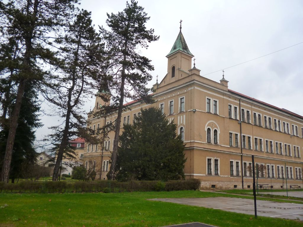 Монастырь св. Бонавентуры и гимназия. Фото: Елена Арсениевич, CC-BY-SA-3.0