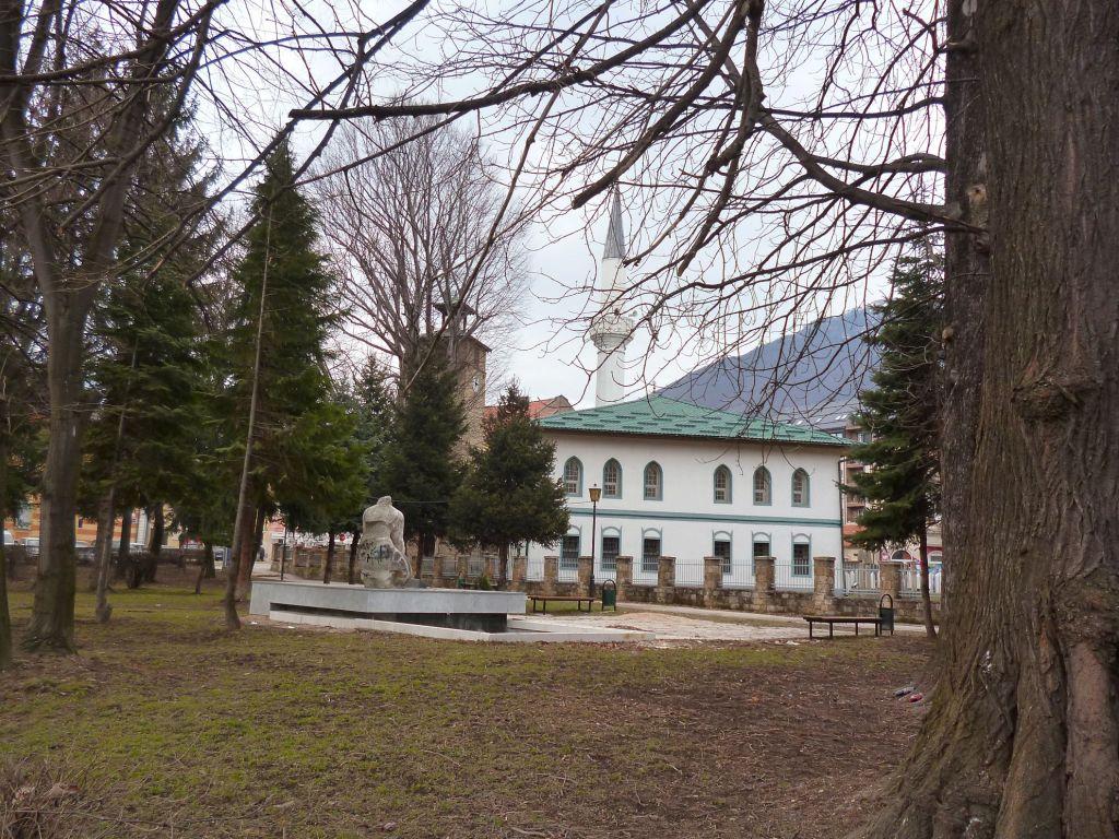 Вид на мечеть Али-бега из соседнего парка. Фото: Елена Арсениевич, CC BY-SA 3.0