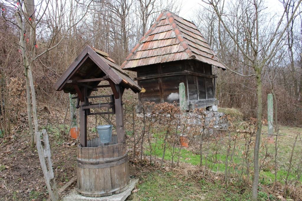 Колодец и что-то хозяйственное. Фото: Елена Арсениевич, CC BY-SA 3.0