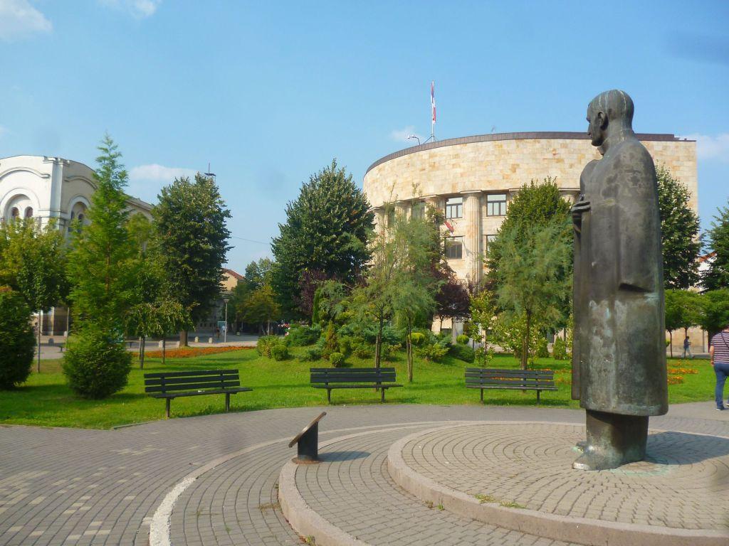 Памятник Тисе Милосавлевичу на фоне Палаты Республики. Фото: Елена Арсениевич, CC BY-SA 3.0