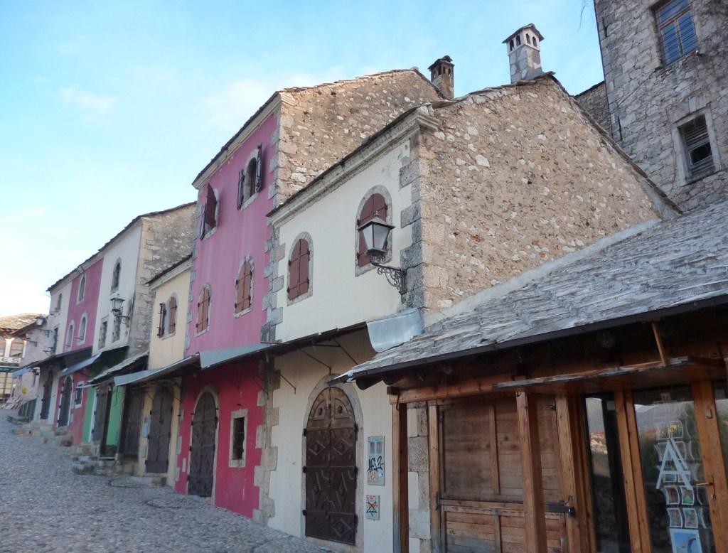 В Мостаре лавок с чепенками немного, там всё больше железные двери. Фото: Елена Арсениевич, CC BY-SA 3.0