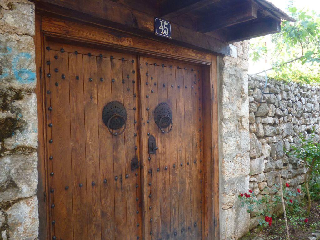 Дверь с традиционными халками. Фото: Елена Арсениевич, CC BY-SA 3.0
