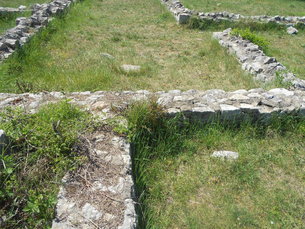 Законсервированные остатки стен. Фото: Елена Арсениевич, CC BY-SA 3.0