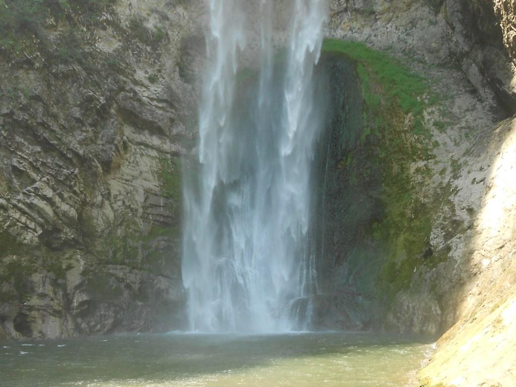 Озерцо под водопадом. Фото: Елена Арсениевич, CC BY-SA 3.0