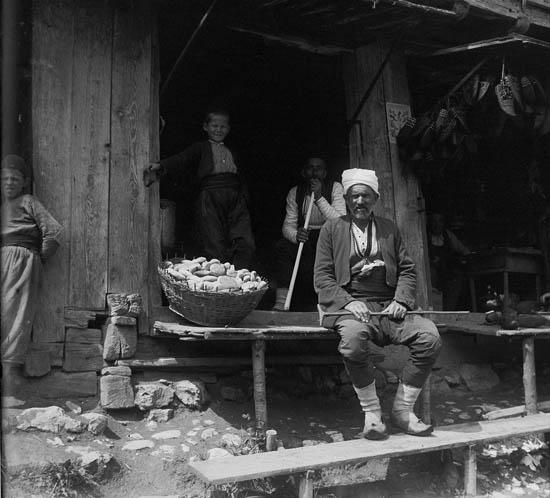 Продавец на чепенке. Rudolf Bruner-Dvořák, public domain
