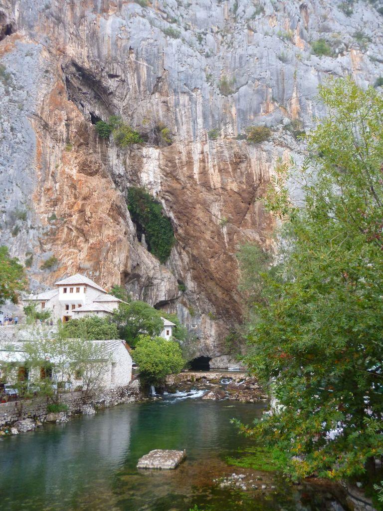 Скала, пещера, река. Фото: Елена Арсениевич, CC BY-SA 3.0