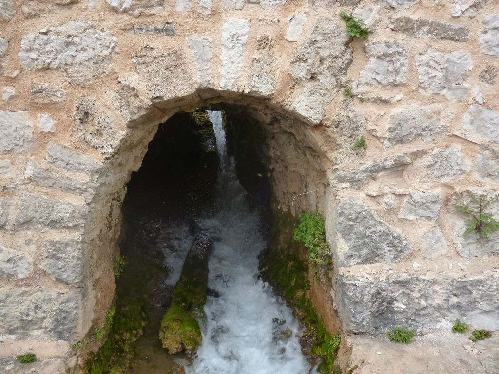 Выход воды под мельницей. Фото: Елена Арсениевич, CC BY-SA 3.0