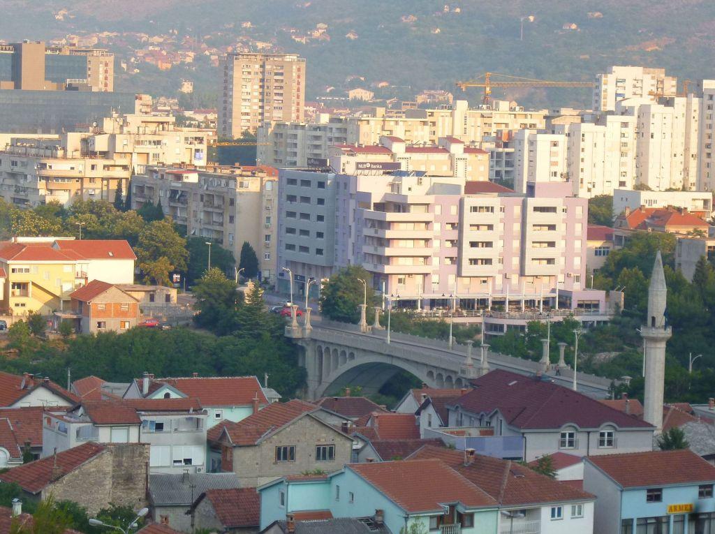 Вид на Царинский мост с верхних улиц восточного Мостара. Фото: Елена Арсениевич, CC BY-SA 3.0