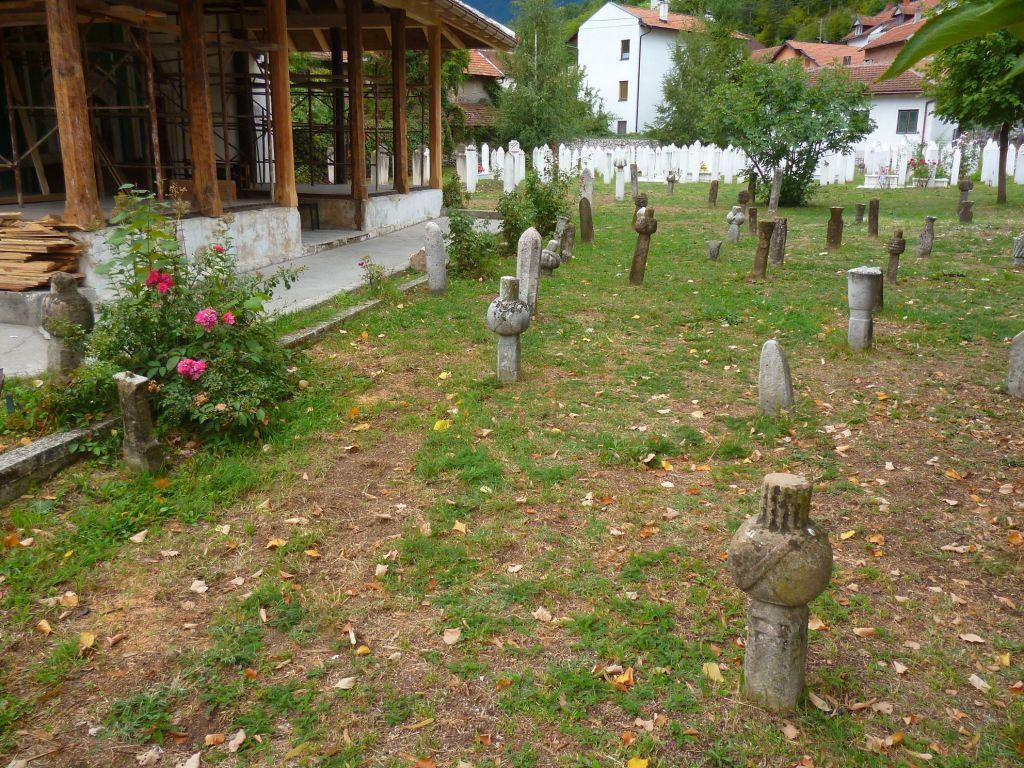 Кладбище у мечети со старинными нишанам – надгробными памятниками. Фото: Елена Арсениевич, CC BY-SA 3.0