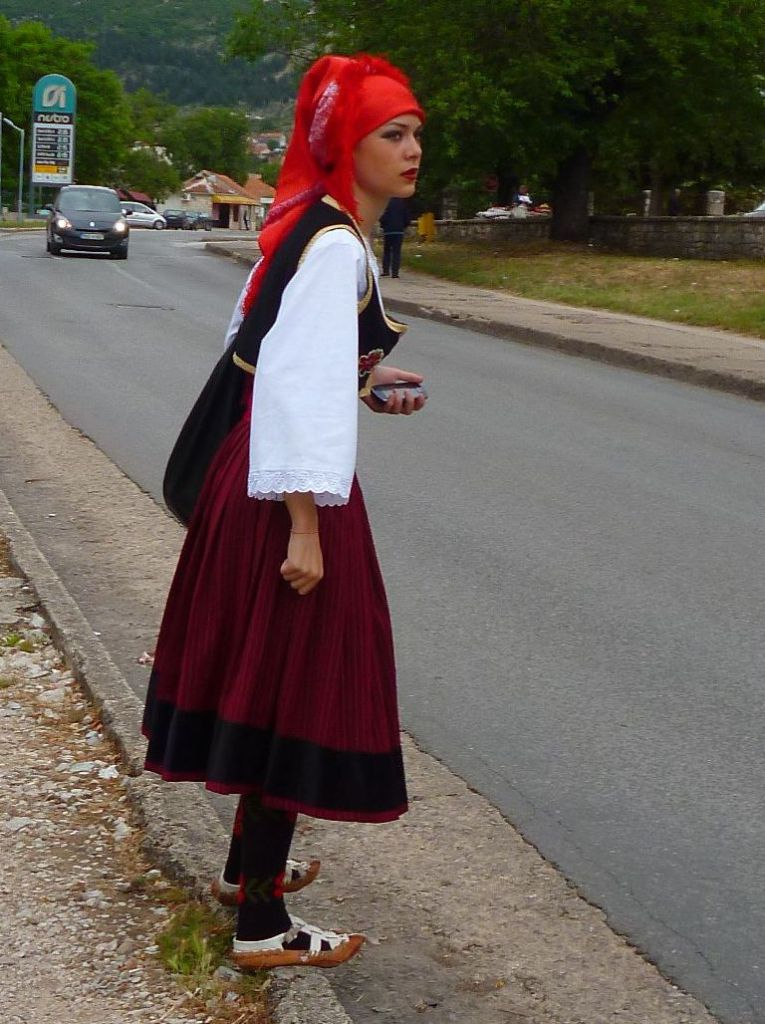 Билеча. Девушка в опанках торопится на Цицвариаду. Фото: Елена Арсениевич, CC BY-SA 3.0