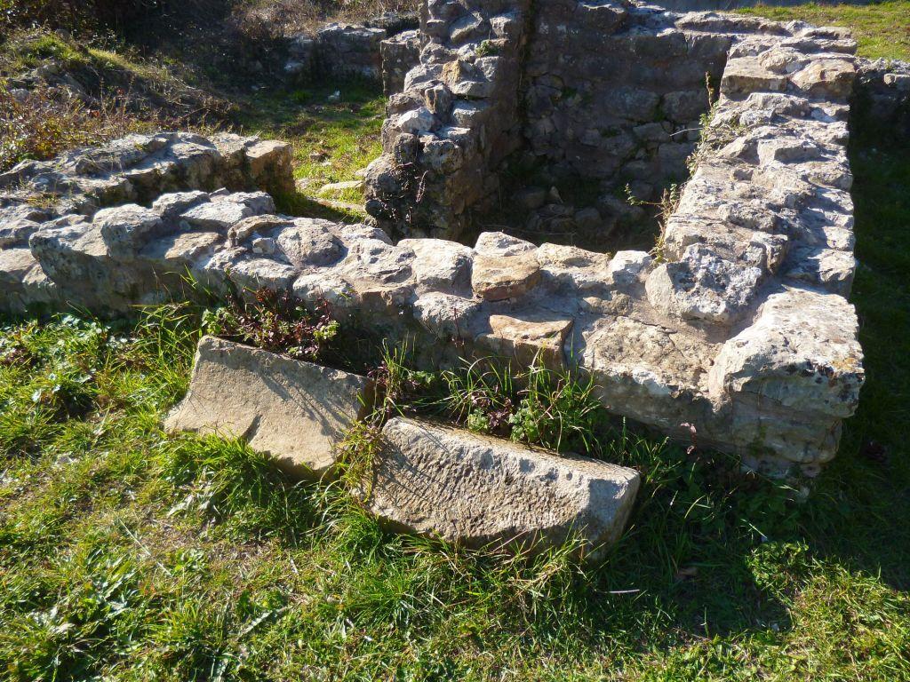 Стены и архитектурные фрагменты. Фото: Елена Арсениевич, CC BY-SA 3.0