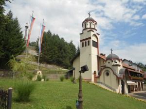 Колокольня и церковная лавка. Фото: Елена Арсениевич, CC BY-SA 3.0
