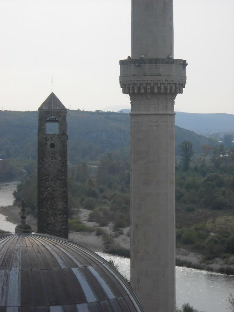 Часовая башня и минарет. Фото: Елена Арсениевич, CC BY-SA 3.0