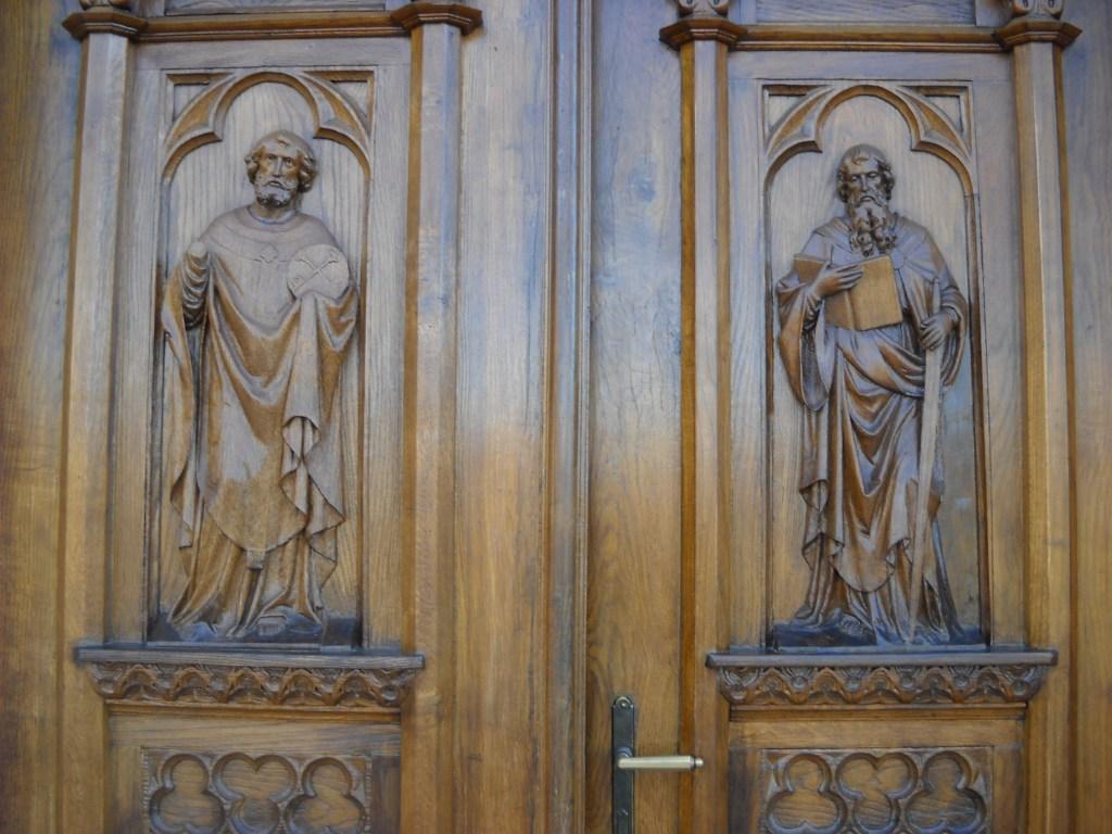 Рельефы на дверях церкви выполнены в монастыре траппистов в Баня Луке. Фото: Елена Арсениевич, CC BY-SA 3.0