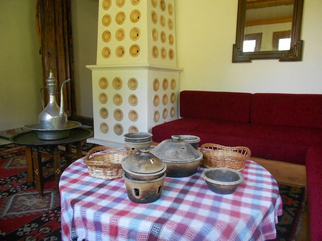 Обстановка комнаты: стол-синия, печь-фуруна. Фото: Елена Арсениевич, CC BY-SA 3.0