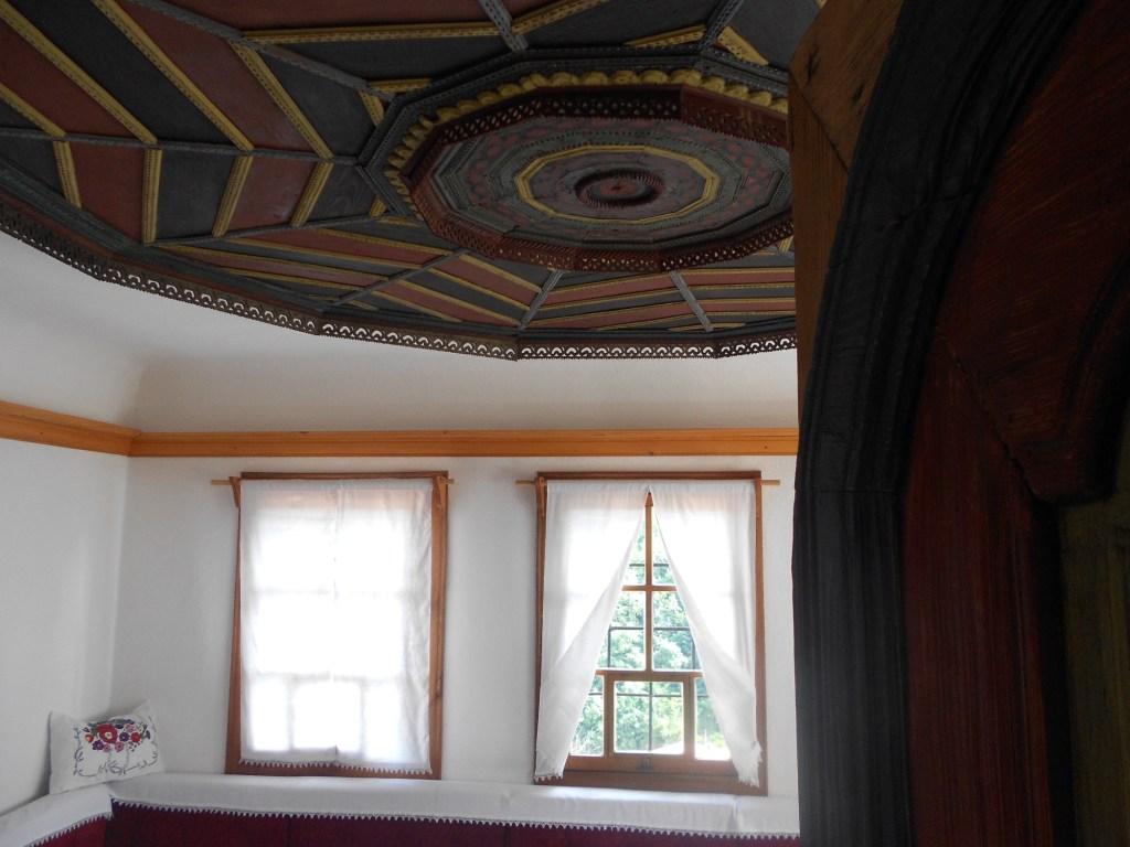 Комната с декоративным потолком. Фото: Елена Арсениевич, CC BY-SA 3.0