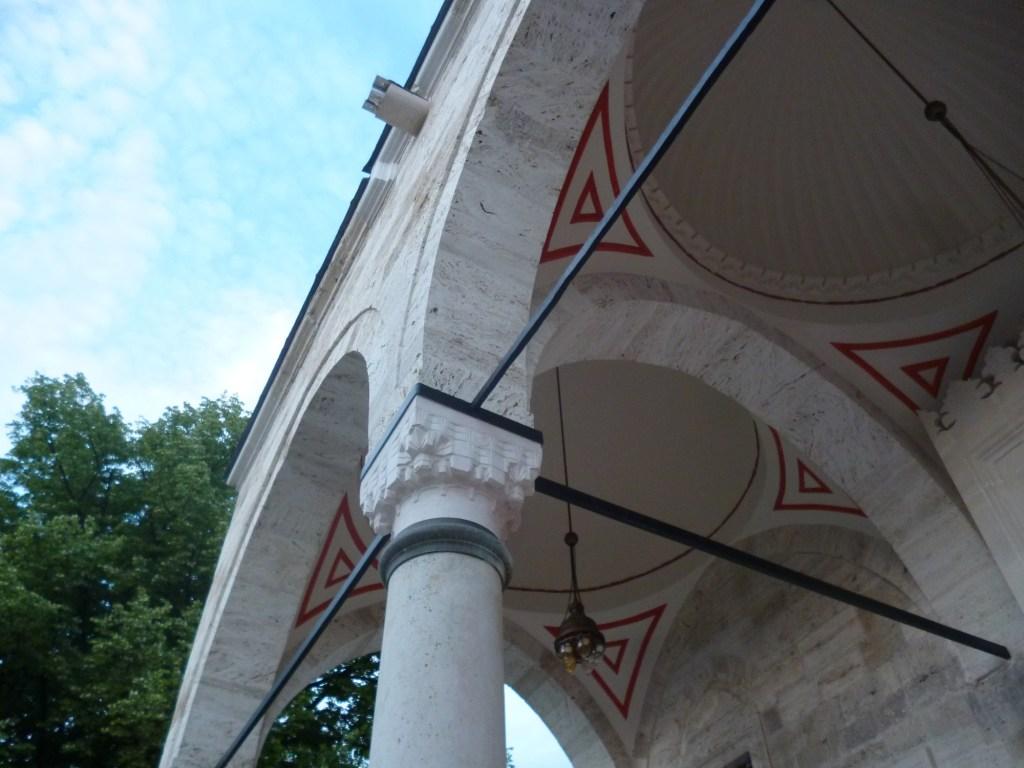 Купола над входом. Фото: Елена Арсениевич, CC BY-SA 3.0