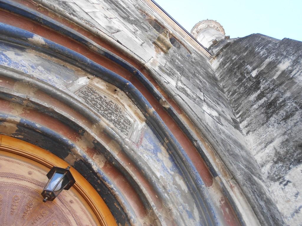 Фрагмент портала и минарет. Фото: Елена Арсениевич, CC BY-SA 3.0